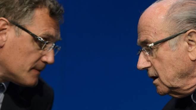 Sperren gegen Valcke (l.) und Blatter wurden verlängert