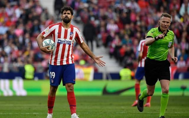 Diego Costa musste teilweise mehrere Minuten auf eine Entscheidung von Schiedsrichter Alejandro Hernandez Hernandez warten