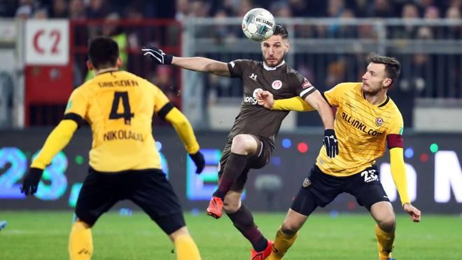 Kein Durchkommen. St. Paulis Dimitrios Diamantakos in Bedrängnis gegen Dynamo Dresden