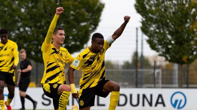Youssouffa Moukoko zeigt eine starke Geste - und wird von seinen Teamkollegen unterstützt
