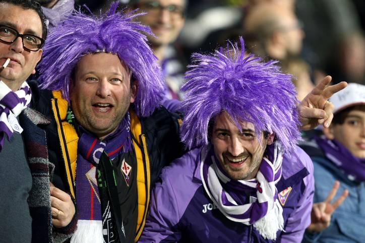 Auch in der Toskana hat man mitbekommen, dass Karneval ist. Die Anhänger der Fiorentina haben vor dem Spiel gut lachen. Kein Wunder nach dem Hinspielerfolg über Gladbach.