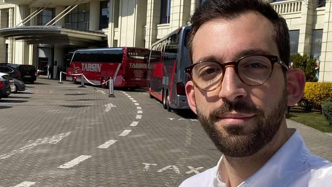SPORT1-Reporter Patrick Berger vor dem deutschen Teamhotel in Bukarest