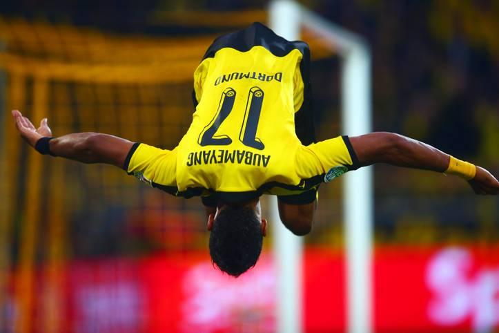 """TORJÄGER DER HINRUNDE: PIERRE-EMERICK AUBAMEYANG. Borussia Dortmunds Toptorjäger pflegt seine Treffer mit einem Vorwärts-Salto zu feiern. Gelegenheit hatte """"Auba"""" dazu genügend in der Hinunde. 18 Treffer stehen für den Gabuner nach 17 Spieltagen in der Statistik, 27 in 27 Pflichtspielen für den BVB. Der 26-Jährige ist nicht nur erfolgreicher Torjäger, sondern auch Erfolgsgarant, Hoffnungsträger und Publikumsliebling der Westfalen"""