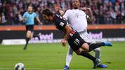 Jérôme Boateng des FC Bayern foult Eintracht Frankfurts Goncalo Paciencia