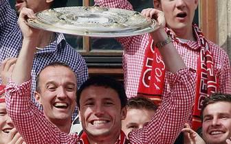 Mark van Bommel verlässt den FC Bayern und wechselt zum AC Mailand. SPORT1 skizziert den erfolgreichen Werdegang des Niederländers beim deutschen Rekordmeister