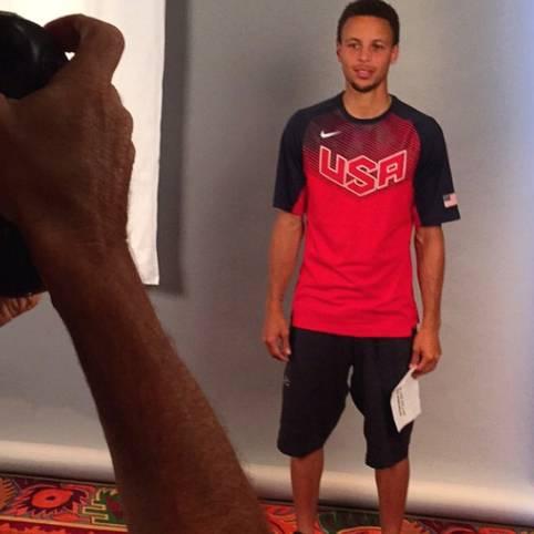 """NBA-Champion Stephen Curry und die amerikanische Nationalmannschaft treffen sich für drei Tage in Las Vegas zur Vorbereitung auf die Olympischen Spiele 2016. Geschäftsführer Jerry Colangelo macht die Teilnahme an dem sogenannten """"Minicamp"""" zur Voraussetzung für eine Olympia-Teilnahme. Insgesamt sind 34 NBA-Profis von Trainer Mike Krzyzewski eingeladen"""