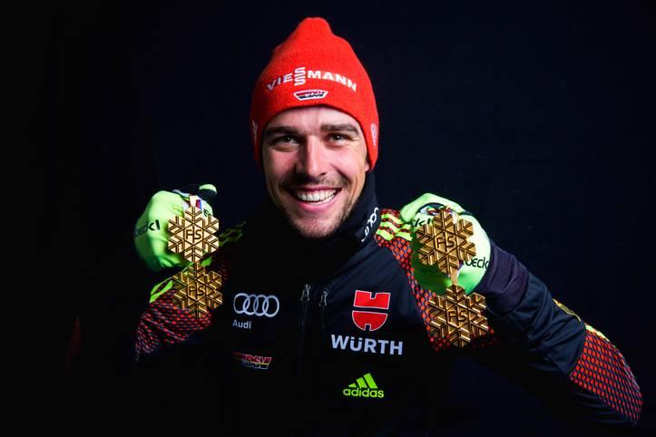 """Johannes Rydzek ist der Goldjunge der Nordischen Ski-WM. Der 25-Jährige holte in der Nordischen Kombination bei vier Starts viermal Gold. Trainer Hermann Weinbuch bezeichnete seinen Schützling gar als """"Lichtgestalt"""". SPORT1 präsentiert die Medaillensammler"""