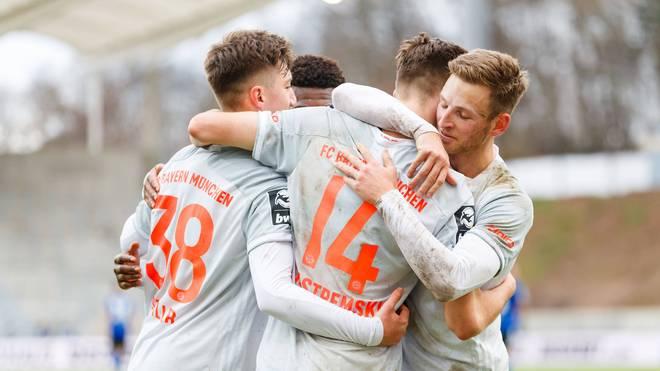 Die Spieler des FC Bayern II feiern den Siegtreffer von Lenn Jastremski (Nummer 14)