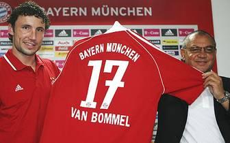 Der damalige Coach Felix Magath sah nach dem Wechsel von Michael Ballack (zum FC Chelsea) ein Vakuum im zentralen Mittelfeld. Die Münchner blätterten sechs Millionen Euro für van Bommel hin