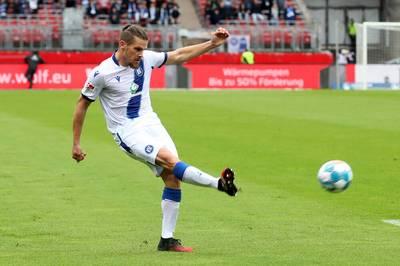 Rechtsverteidiger Sebastian Jung vom Fußball-Zweitligisten Karlsruher SC hat einen Kreuzbandriss im rechten Knie erlitten und fällt monatelang aus.