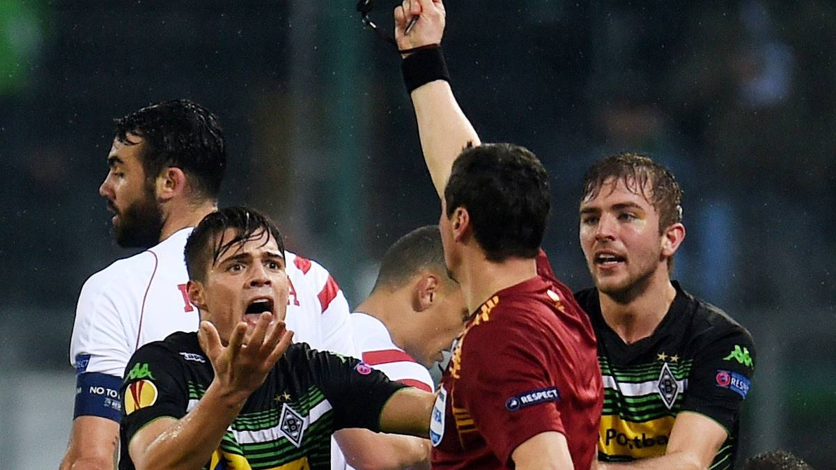 Granit Xhaka von Borussia Mönchengladbach sieht gegen den FC Sevilla Gelb-Rot