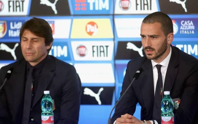 Leonardo Bonuccia (r.) bei der Pressekonferenz mit Italiens Trainer Antonio Conte