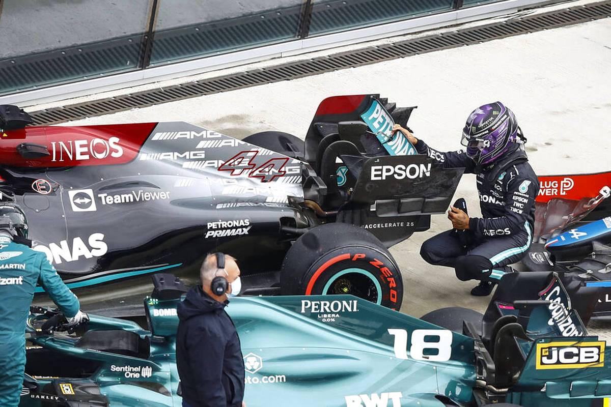 Lewis Hamilton leistet sich im Qualifying von Sotschi gleich zwei Patzer - und ärgert sich. Mercedes-Teamchef Toto Wolff nimmt ihn in Schutz, zeigt sich aber genervt von den verpassten Chancen.