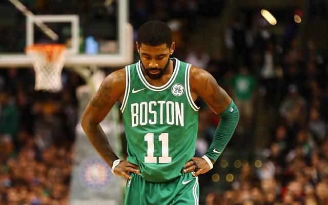 Bostons Kyrie Irving bekommt beim Spiel gegen die Hornets einen Ellbogen ins Gesicht