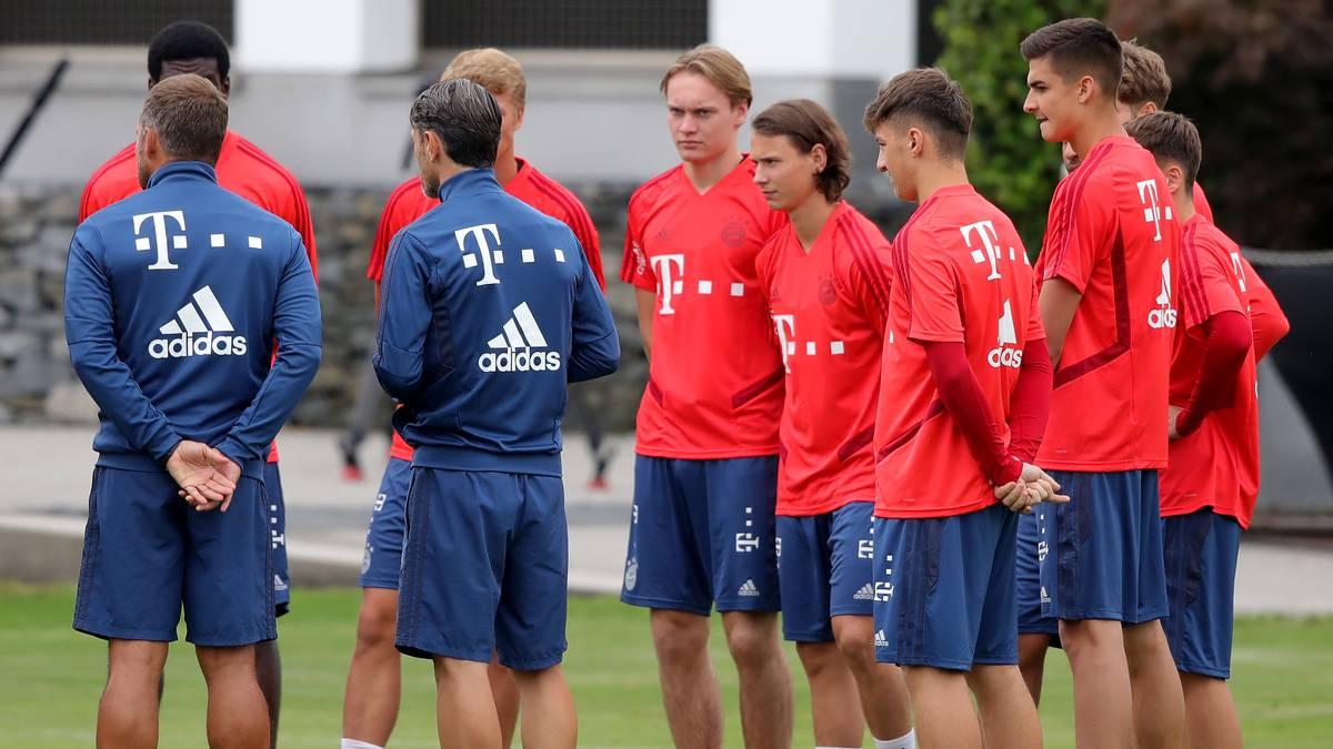 Bayern-Trainer Niko Kovac begrüßte zum Trainingsstart einige Nachwuchsspieler auf dem Rasen