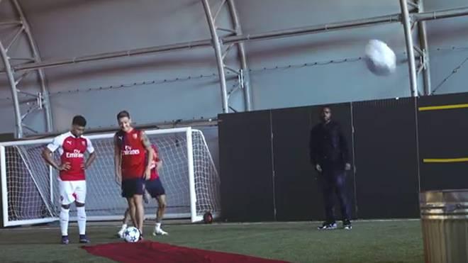Mesut Özil (v.) und Co. bei der Mülleimer-Challenge