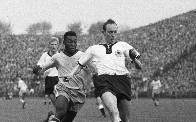 Willi Schulz (r.) bekämpfte Pele unter anderem beim deutschen 1:2 gegen Brasilien 1963