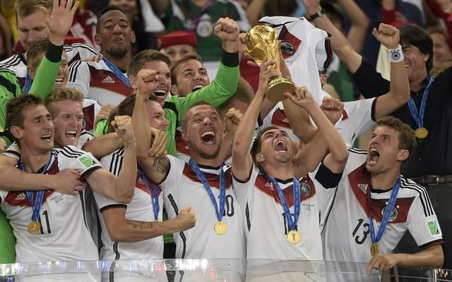Philipp Lahm stemmt den WM-Pokal in die Höhe