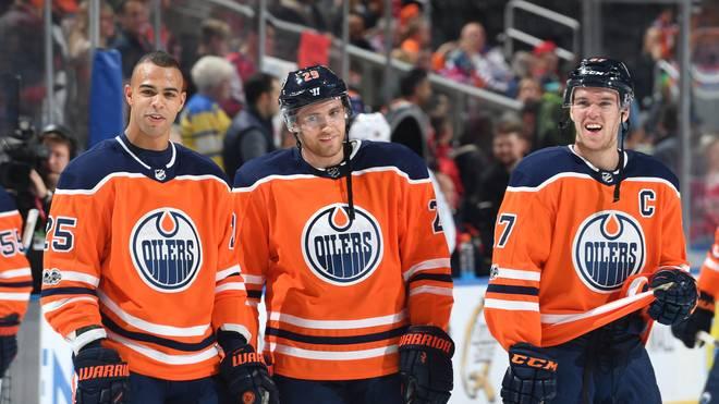 Leon Draisaitl (M.) muss mit den Oilers die nächste Pleite hinnehmen