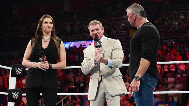 WWE-Boss Vince McMahon (M.) mit Tochter Stephanie und Sohn Shane