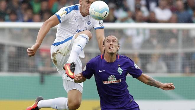 Werders Torjäger Max Kruse (r.) hat sich gegen Lotte am Knie verletzt