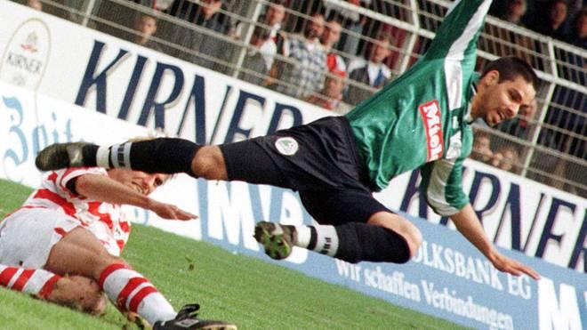 Als Gegenspieler schreckte Jürgen Klopp nicht vor Fouls gegen David Wagner zurück - Szene aus dem Zweitliga-Duell Mainz - Gütersloh 1999