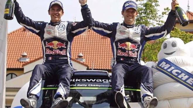 Co-Pilot Julien Ingrassia (li.) und Sebastien Ogier (re.) feiern den Polen-Sieg