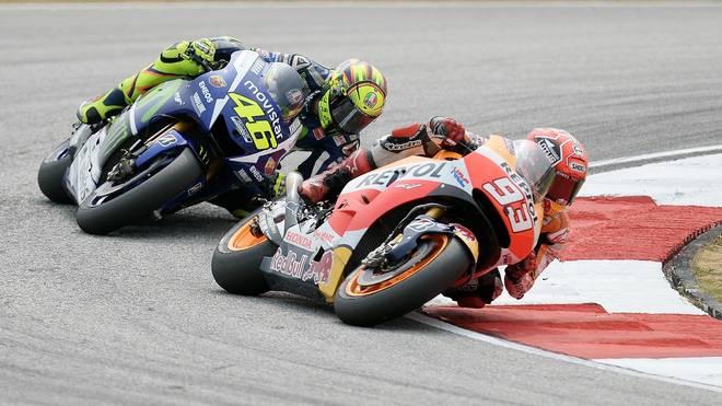 Valentino Rossi (l.) drängt Marc Marquez von der Strecke