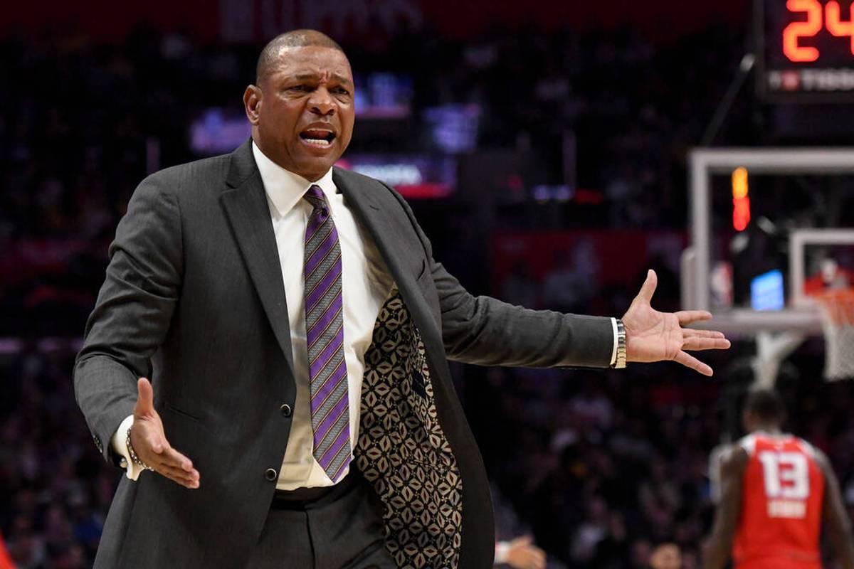 Ben Simmons möchte mit allen Mitteln seinen Trade von den Philadelphia 76ers erzwingen. Coach Doc Rivers reagiert im Theater nun mit einem provokanten Vergleich.