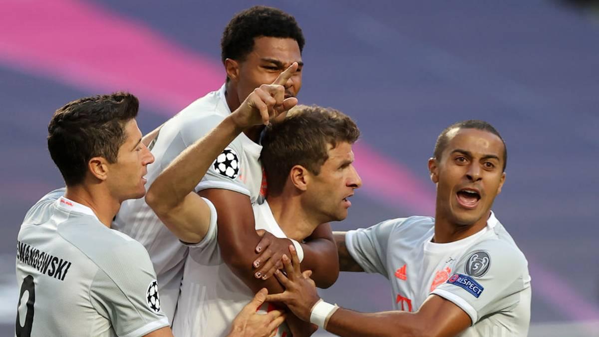 Thomas Müller (Mitte) feiert seinen Treffer gegen den FC Barcelona mit seinen Teamkollegen