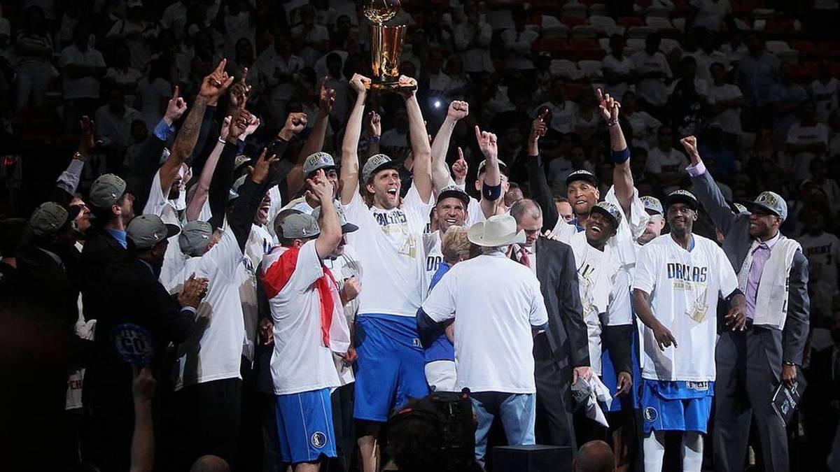 Dirk Nowitzki stemmt die Trophäe für den NBA-Titel in die Höhe