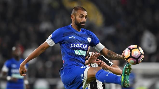 Larangeira Danilo von Udinese Calcio langte im Training kräftig zu