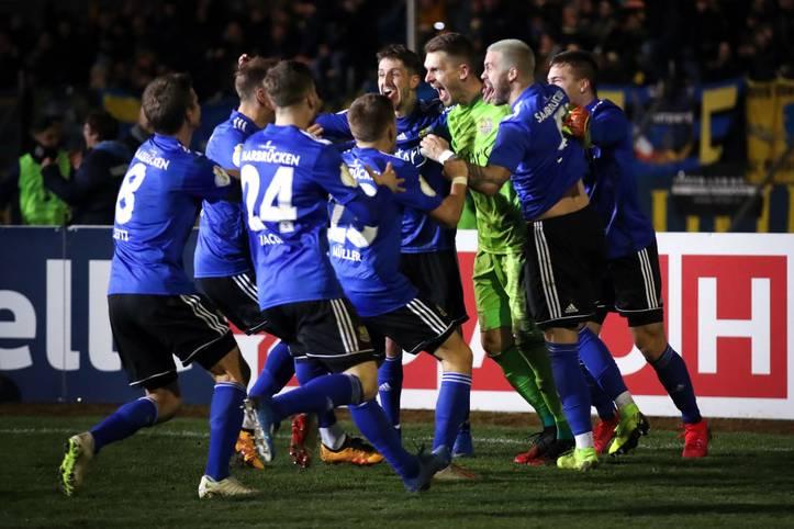Der 1. FC Saarbrücken hat tatsächlich die Sensation geschafft und ist als erster Regionalligist ins Halbfinale des DFB-Pokals eingezogen. In einer dramatischen Partie besiegten die Saarländer Fortuna Düsseldorf mit 7:6 im Elfmeterschießen