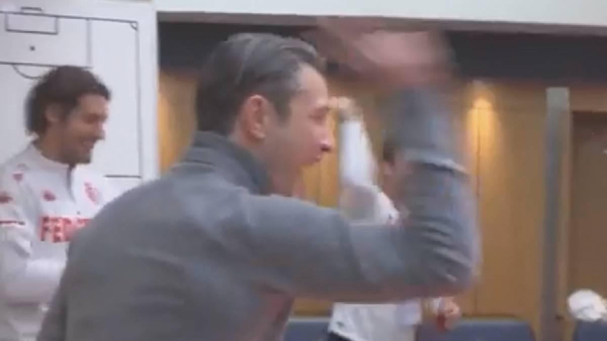 Niko Kovac feiert nach dem Sieg mit Monaco gegen PSG in der Kabine und löst bei seinen Spielern einen Jubelsturm aus.