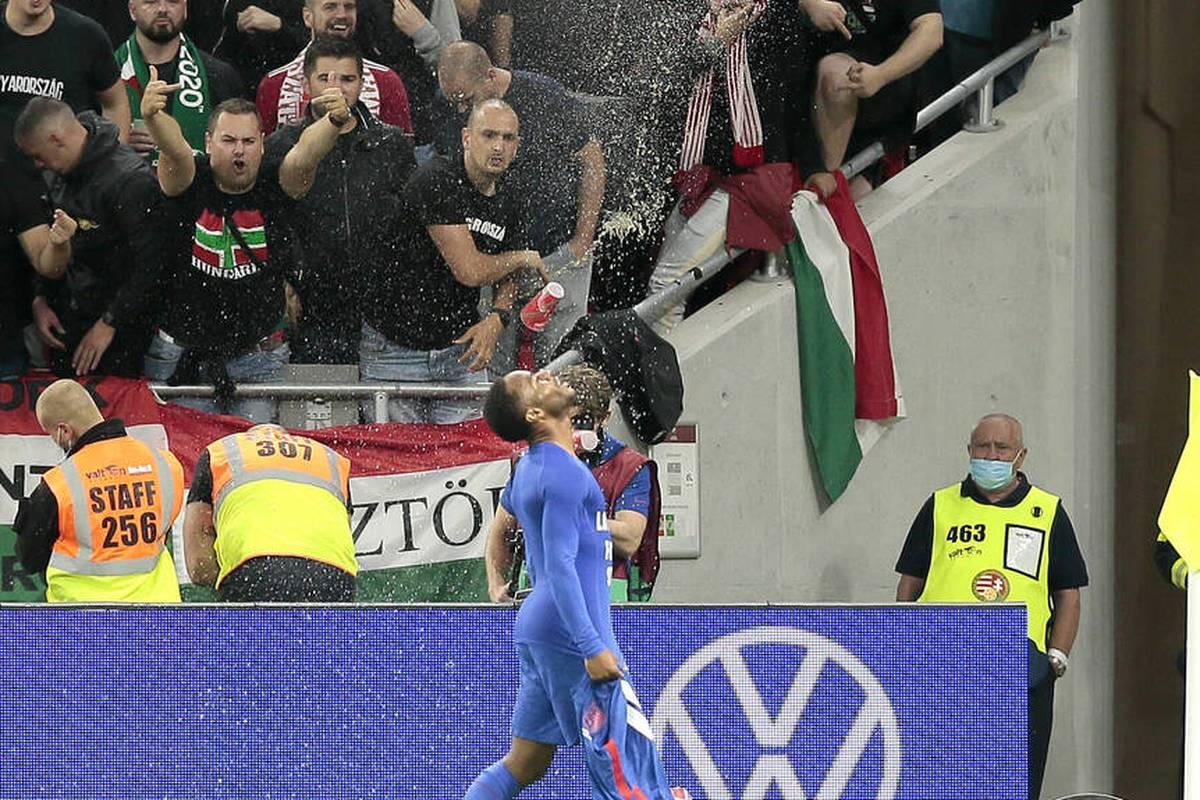 Die FIFA hat Ungarn nach den diskriminierenden Äußerungen seiner Anhänger gegen Jude Bellingham und Raheem Sterling zu Geisterspielen und einer Geldstrafe verdonnert.