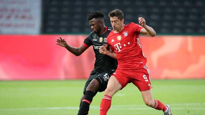Bayern München (r.. Robert Lewandowski) ist in der Rangliste der gelaufenen Team -Kilometer Zehnter - Bayer Leverkusen führt diese an