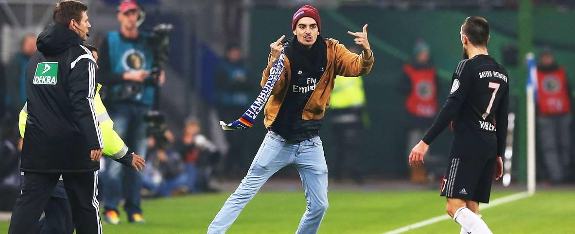 Franck Ribery (r.) wird von einem Fan angegriffen