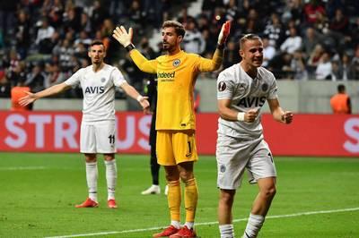 Eintracht Frankfurt muss beim Auftaktspiel in der Europa League einen frühen Rückschlag verkraften. Nach einer wilden Schlussphase fahren die Hessen gegen Fenerbahce noch einen Punkt ein.