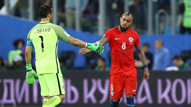 SAINT PETERSBURG, RUSSIA - JULY 02: Claudio Bravo of Chile and Arturo Vidal of Chile shake hands after the FIFA Confederations Cup Russia 2017 Final between Chile and Germany at Saint Petersburg Stadium on July 2, 2017 in Saint Petersburg, Russia.  (Photo by Buda Mendes/Getty Images)