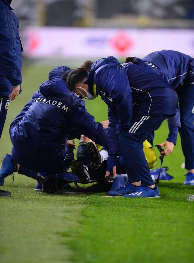 Mesut Özil wurde beim Spiel von Fenerbahce gegen Atntalyaspor mit Lukas Podolski vom Platz getragen