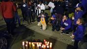 akers-Fans zünden Kerzen für den verstorbenen Basketballer an