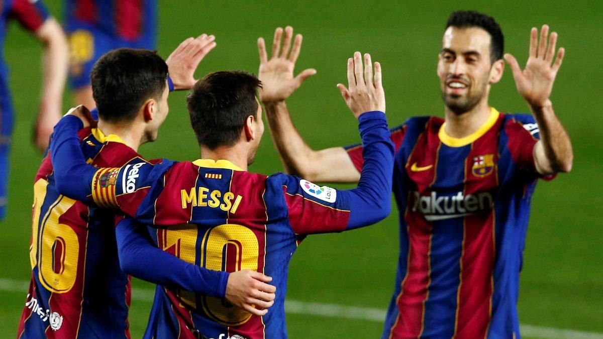 Sergio Busquets (r.) zählte zum kleinen Kreis der Menschen, die Lionel Messi zu seinem Abschiedsessen einlud
