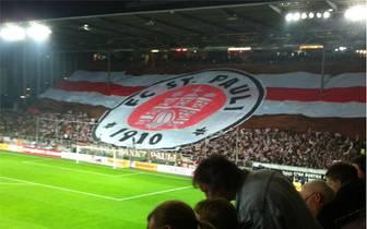 Der FC St. Pauli empfängt Borussia Dortmund mit einer sehenswerten Choreographie...