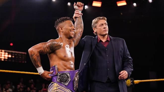 William Regal, General Manager von NXT, beglückwünscht Lio Rush zum Titelgewinn