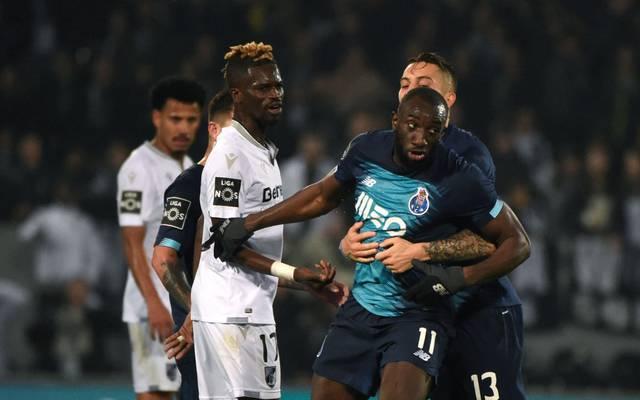 Teamkollegen und Gegenspieler wollen Moussa Marega davon abhalten, den Platz zu verlassen