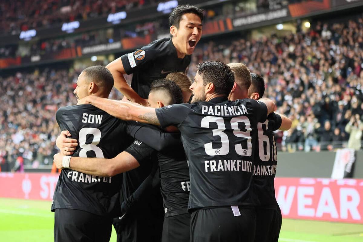 Eintracht Frankfurt feiert in der Gruppe D der Europa League einen wichtigen Sieg und übernimmt die Tabellenführung. Der direkte Einzug ins Achtelfinale rückt näher.