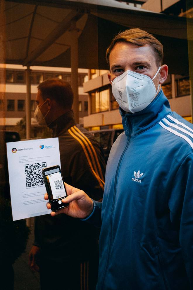 Mittels QR-Code können sich Sportler wie Manuel Neuer am Sportplatz registrieren. Kontakte bleiben so auf dem Vereinsgelände nachverfolgbar