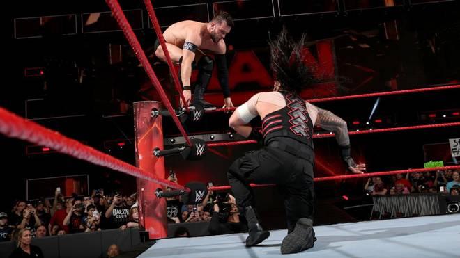 Finn Balor (l.) und Roman Reigns können auf WWE Universal Champ Brock Lesnar treffen