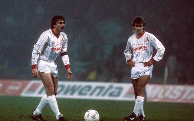 Mit Klaus Allofs (l.) beim Freistoß - Pierre Littbarski spielt in der Bundesliga nur für Köln
