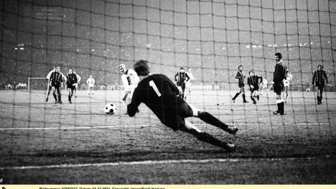 Klaus Dieter Sieloff verschießt den Elfmeter gegen Inter-Torwart Ivano Bordon